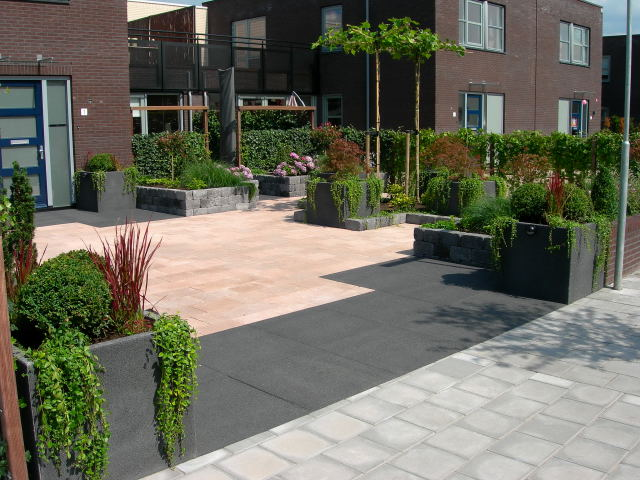 Voortuin met geintegreerde oprit zwolle precisie tuinen for Ontwerp voortuin met parkeerplaats
